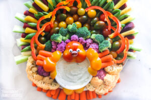Thanksgiving appetizer veggie tray that looks like a turkey