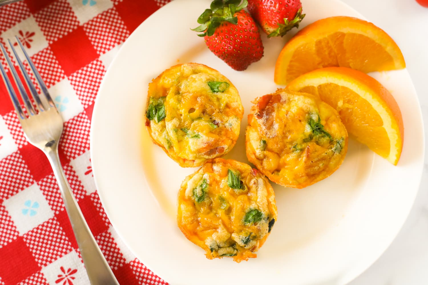 Egg muffins with strawberries and oranges