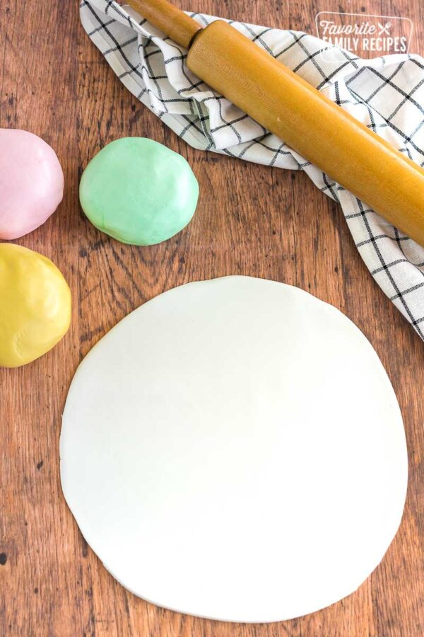 Fondant rolled out into a large circle for cake decorating